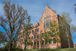"""<div class=""""bildtext"""">Die """"Rote Schule"""" von Grimma befindet sich auf einer leichten Anhöhe und zieht mit ihrer auffälligen Fassade die Blicke der Passanten auf sich.</div>"""
