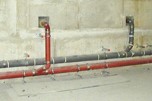 """<div class=""""bildtext"""">Gusseiserne Abflussrohre im Einsatz<br />oben: KML-Rohr für aggressive Abwässer, unten: SML-Rohr für häusliche Abwässer </div>"""