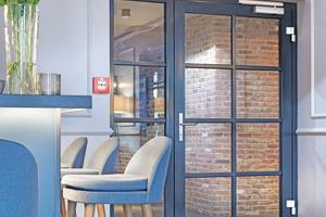 """<div class=""""bildtext"""">""""NovoFire T30-1 RS""""-Tür mit Seitenteil und digitaler Zugangskontrolle vom Flur in den Gastronomiebereich.</div>"""