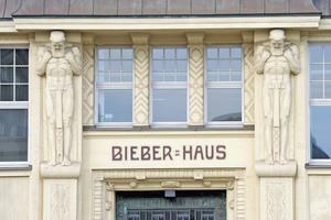 """<div class=""""bildtext"""">Hingucker im Kern der Hansestadt: Das Bieberhaus mit seiner ornamentverzierten Fassade und den zwei beeindruckenden Atlanten im Eingangsbereich.</div>"""