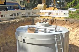 """<div class=""""bildtext"""">Die Löschwasserbehälter wurden als Betonfertigteile geliefert, die Halbschalen per Autokran in die Baugruben versetzt und von einem Team des Herstellers vor Ort montiert. Die Fertigteilbauweise hat den Vorteil der schnellen Betriebsbereitschaft bei gleichzeitig hoher Belastbarkeit.</div>"""
