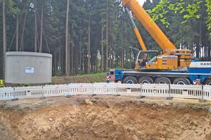 """<div class=""""bildtext"""">Versetzen eines unterirdischen Löschwasserbehälters im Windpark Kreuzstein. Da die Windräder von Wald umgeben sind, verlangte das Brandschutzkonzept den Bau von drei Wassertanks mit je 32 m³ Nutzvolumen.</div>"""