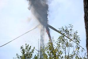 """<div class=""""bildtext"""">Brand einer Windenergieanlage im Jahr 2013. Innerhalb einer Stunde stand eines der drei Rotorblätter in Flammen und stürzte mit seinen 9 t Gewicht in ein angrenzendes Waldstück. Es bestand aus Kunststoff und war 38 m lang.</div>"""