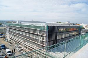 """<div class=""""bildtext"""">Größtes Schulgebäude Dresdens: Auf einem Areal von rund 46.500m<sup>2</sup> entstand im Stadtteil Tolkewitz ein moderner Schulkomplex. Bis zu 1.800 Schülerinnen und Schüler werden hier zukünftig unterrichtet. </div>"""