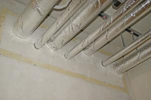 """<div class=""""bildtext"""">""""U Protect Pipe Section Alu2""""-Rohrschalen sind nichtbrennbar und besitzen einen Schmelzpunkt von &gt; 1.000 °C. Die Rohrschalen können sowohl für die Streckenisolierung als auch für Rohrdurchführungen in R90 beziehungsweise R120 eingesetzt werden. </div>"""