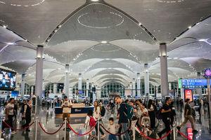 """<div class=""""bildtext"""">Innenansicht des Flughafens Istanbul: Seit Eröffnung 2018 fertigt der Airport rund 90 Mio. Passagiere pro Jahr ab. Wenn alle Bauphasen abgeschlossen sind, soll sich die Passagierkapazität auf über 200 Mio. mehr als verdoppeln.</div>"""