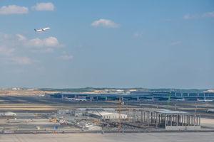 """<div class=""""bildtext"""">Der Flughafen Istanbul soll nach Fertigstellung jährlich bis zu 200 Mio. Passagiere abfertigen. Zum Vergleich: Am größten deutschen Drehkreuz, dem Frankfurter Flughafen, wurden im vergangenen Jahr 58 Mio. Reisende bedient.</div>"""