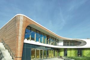 """<div class=""""bildtext"""">Die Jugendherberge in Bayreuth soll eine internationale Begegnungsstätte für junge Menschen darstellen, in der Gemeinschaft gelebt werden kann. Hörmann lieferte Feuer- und Rauchschutzelemente aus Aluminium. </div>"""