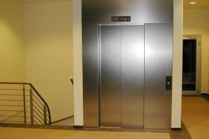 """<div class=""""bildtext"""">Wichtig für Planer: Aufzugschachtentlüftungen dürfen für den Blower-Door-Test nicht länger abgedichtet werden. </div>"""
