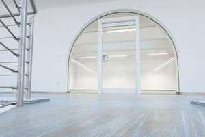 """<div class=""""bildtext"""">In dem Gebäude wurden die Brandschutztüren im freien Glasumfeld eingebaut.</div>"""