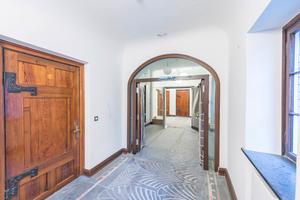 """<div class=""""bildtext"""">Die Zimmertüren sind aus lasierter Kiefer und haben zum Teil massiv wirkende Beschläge. Die Hoba-Türen sind aus gebeiztem und lackiertem Mahagoni. </div>"""