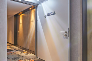 """<div class=""""bildtext"""">""""NovoPorta Premio MZ-1 RS"""" mit Feststellanlage, Blockzarge und Antipanikfunktion zur rauchdichten Abtrennung auf den Hotelfluren.</div>"""