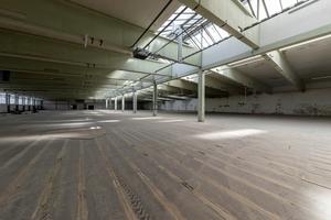 """<div class=""""bildtext"""">Die Flächen der ehemaligen Tunnelofenhalle werden als Lager- und Produktionsflächen genutzt.</div>"""