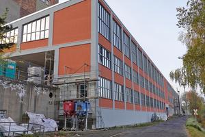 """<div class=""""bildtext"""">Die markanten Gebäude der Jakobsburg Arzberg ragen bis zu sieben Geschosse empor.</div>"""