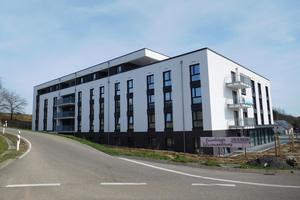 """<div class=""""bildtext"""">In den Geschossen EG bis 3. OG der Seniorenresidenz Kraichgau befinden sich 90 Pflegezimmer. Im 4. OG und 5. OG entstanden 14 Wohnungen.</div>"""