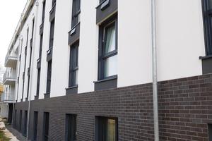 """<div class=""""bildtext"""">Das Farbkonzept für die Fassade und die Bemusterung spezieller Klinkerriemchen übernahm der WDV-Systemgeber HECK Wall Systems.</div>"""