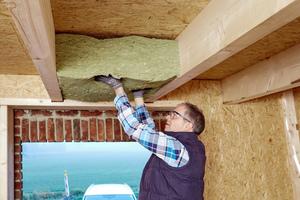 <p>Durch einfachen Zuschnitt können Rockwool Dämmplatten, -matten oder Rohrschalen leicht an die im Holzbau vorherrschenden Konstruktionen angepasst werden. Sie schmiegen sich fugenlos an und sind dennoch hoch dimensionsstabil und maßhaltig – selbst im Brandfall.</p>