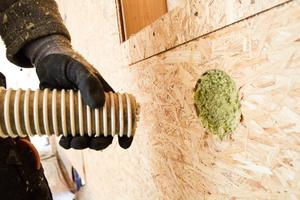 """<div class=""""bildtext"""">Bestehende Holzkonstruktionen können auch nachträglich mit Hilfe der flockenförmigen Steinwolle-Granulate """"Fillrock RG"""" oder """"Fillrock RG Plus"""" gedämmt werden. Dazu wird das Granulat in Hohlräume von Wand-, Decken- oder Dachkonstruktionen lückenlos eingeblasen. </div>"""