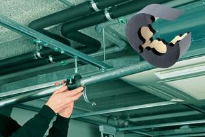 """<div class=""""bildtext"""">Moderne Kälteschellen verhindern Wärmebrücken und vermeiden Rohrkorrosion. Darüber hinaus gibt es Kälterohrträger, die im Brandfall hohe Flammwidrigkeit und geringe Rauchentwicklung aufweisen.</div>"""