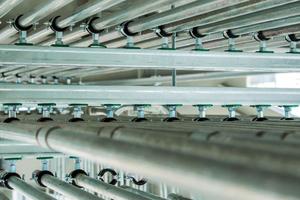 """<div class=""""bildtext"""">Die Vorteile der Schienensysteme gegenüber der Einzelmontage liegen vor allem in einer schnelleren Befestigung der Rohre, weniger Bohr- und Verankerungsarbeiten und höherer Flexibilität.</div>"""