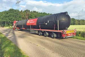 """<div class=""""bildtext"""">Nach mehr als 770 km ist der bislang größte von GRAF produzierte Löschwasserbehälter an der P+R-Anlage Meeschensee am Ziel.</div>"""