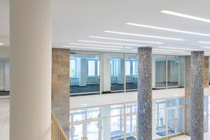 """<div class=""""bildtext"""">Das Foyer ist über ein Atrium mit dem ersten Stockwerk verbunden. Das hat zur Folge, dass Türen und Trennwände erhöhten Brandschutzanforderungen entsprechen müssen.</div>"""