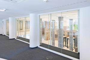 """<div class=""""bildtext"""">Von den Büros aus, die dem Atrium zugewandt sind, hat man einen guten Blick ins Foyer</div>"""