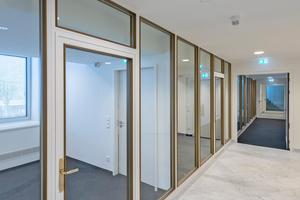 """<div class=""""bildtext"""">Entsprechend den Auflagen des Denkmalschutzes baute Hoba die Brandschutztüren und die Trennwände so nach, dass sie optisch den Originalelementen zum Verwechseln ähnlich sehen.</div>"""