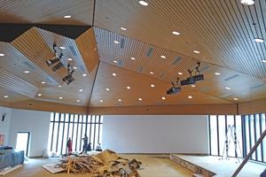 """<div class=""""bildtext"""">Die alte Deckenverkleidung aus Holz entsprach unter brandschutztechnischen Gesichtspunkten nicht mehr den heutigen Vorgaben für einen Saal, der unter die Regelungen der Niedersächsischen Versammlungsstättenverordnung fällt.</div>"""