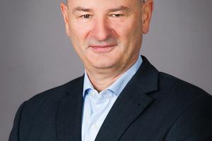 """<div class=""""bildtext"""">Martin Weber ist Inhaber und Geschäftsführer der SIMON PROtec Systems GmbH. Seit November 2020 ist er Vorsitzender des Fachkreises """"Rauch- und Wärmeabzugsanlagen (<span class=""""mytool"""">RWA</span>) und <span class=""""mytool"""">natürliche Lüftung</span>"""" im ZVEI-Fachverband Sicherheit. Zudem ist Herr Weber langjähriges Mitglied des Normenausschusses beim DIN und aktives Mitglied der Arbeitsgruppe für die Norm 18232-9.</div>"""
