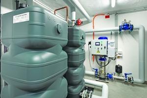 """<div class=""""bildtext"""">Löschwassertanks, die direkt aus der Wasserleitung gespeist werden, sorgen für immer ausreichend Löschwasser für die Anlage.</div>"""