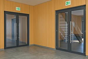 """<div class=""""bildtext"""">Da bei schulfremden Veranstaltungen schulinterne Bereiche abgeschlossen werden, wird ein neuer Fluchtweg gekennzeichnet (Bild rechts).</div>"""