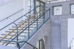 """<div class=""""bildtext"""">Die Brandschutztüren im freien Glasumfeld verleihen der Architektur ein filigranes leichtes Erscheinungsbild.</div>"""