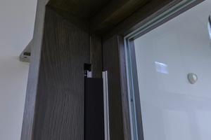 """<div class=""""bildtext"""">Beim Türrahmen orientierten sich die Planer an den Bestandstüren und entschieden sich für dunkles Holz.</div>"""