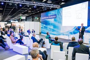 """<div class=""""bildtext"""">2021 beherbergt die große Bühne in der Messehalle der VdS-BrandSchutzTage auch den neuen VdS-BrandSchutzTalk mit Expertenrunden zu aktuellen Branchenthemen.</div>"""