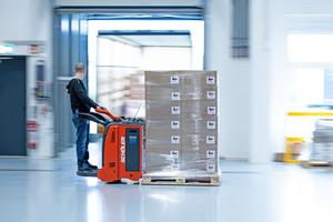"""<div class=""""bildtext"""">Mit Feststellanlagen können Brandschutztore offengehalten werden für einen ungehinderten Warentarnsport.</div>"""