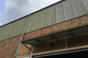 """<div class=""""bildtext"""">Zeit für ein Fassadenupdate: Die alten einfachen Drahtglasplatten der Lagerhalle sind mit den Jahren vergilbt und spröde geworden.</div>"""