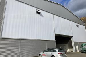 """<div class=""""bildtext"""">Nach der Sanierung: Lichtbauelemente von Rodeca tragen zu optischer und funktionaler Aufwertung der Hallenfassade bei.</div>"""