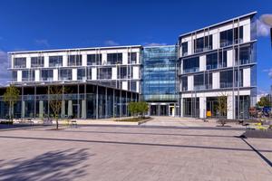 """<div class=""""bildtext"""">Im neuen Forum sind sowohl ein großes Demonstrationslabor und 400 Büroarbeitsplätzen untergebracht als auch die neue Betriebskantine mit bis zu 500 Plätzen.</div>"""
