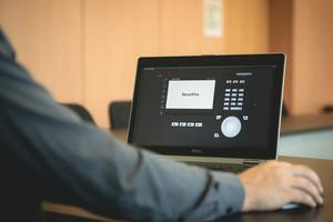 """<div class=""""bildtext"""">Der Remote-Dienst ermöglicht einen vollumfänglichen und ortsunabhängigen Fernzugriff auf das Brandmeldesystem.</div>"""
