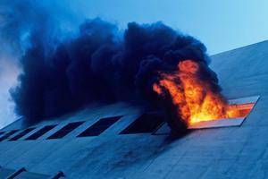 """<div class=""""bildtext"""">Durchschnittlich 362 Menschen sterben allein in Deutschland jedes Jahr bei Bränden. Baulicher Brandschutz gewinnt immer mehr an Bedeutung. Neben dem Anspruch, die Entstehung eines Brandes zu vermeiden, ist die Fähigkeit zur Eindämmung der Brandausbreitung ein wichtiges Kriterium bei der Materialwahl. </div>"""